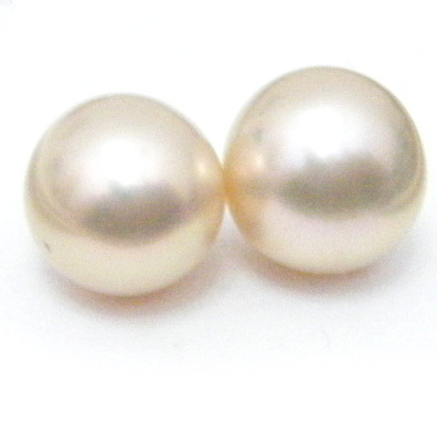 7a4c7f4c3 It's too pale though and one pearl is larger than the other (by 0.4mm)